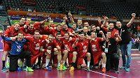 Čeští házenkáři pózují v Dauhá s trofejí.