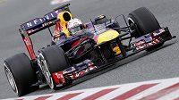 Sebastian Vettel z Red Bullu na trati v Montmelu.