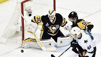 Brankář Pittsburghu Matt Murray při zákroku proti střele Tomáše Hertla ze San Jose ve finále Stanley Cupu.
