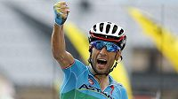 Vincenzo Nibali slaví triumf v 19. etapě Tour de France.