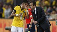 Brazilský útočník Neymar (vlevo) konverzuje s trenérem Kanárků Carlosem Dungou.