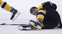 Chris Kelly z Bostonu bude po zlomenině stehenní kosti mimo hru šest až osm měsíců.