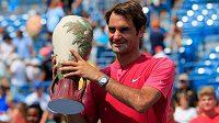 Roger Federer s trofejí po triumfu na turnaji v Cincinnati, který ovládl v kariéře už posedmé.