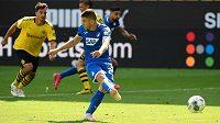 Chorvatský fotbalista Hoffenheimu Andrej Kramarič proměňuje pokutový kop v utkání bundesligy proti Dortmundu.
