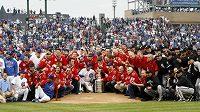 Hokejisté Chicaga pózují u Stanley Cupu se svými baseballovými kolegy