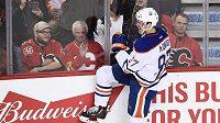 Connor McDavid slaví svůj druhý gól do sítě Calgary Flames.
