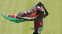 Vítězka maratónu žen Jemima Sumgongová slaví v Riu olympijský triumf.
