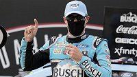 První závod amerického okruhového seriálu NASCAR po koronavirové pauze v Darlingtonu vyhrál Američan Kevin Harvick