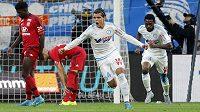 Fotbalisté Olympique Marseille Karim Rekik (uprostřed) a Nicolas N'Koulou se radují ze vstřeleného gólu.
