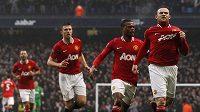 Wayne Rooney (vpravo) začal porážku městského rivala v pohárovém derby o Manchester.