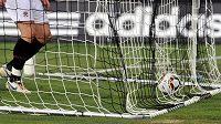 Sparťané loví míč ze sítě po gólu, který jim vstřelil hradecký Tomáš Rezek.