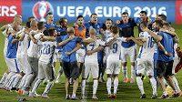 Slovenští fotbalisté se radují - Euro 2016 mají na dosah.