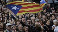 Seperatistické vlajky Esteladas nad hlavami příznivců samostatného Katalánska.