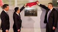 Odhalení pamětní desky v Edenu. Zleva Rudolf Řepka, generální sekretář FAČR, Du Zhaocai, šéf Čínské fotbalové asociace, a Jaroslav Tvrdík, šéf představenstva Slavie.