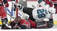 Brankár Caroliny Hurricanes Petr Mrázek zasahuje během utkání NHL proti San Jose Sharks