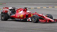 Osudný okamžik pro Sebastiana Vettela. Čtyřnásobnému světovému šampiónovi v závěru Velké ceny Belgie explodovala zadní pneumatika.