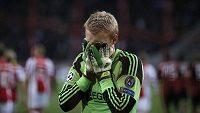Gólman Ajaxu Jasper Cillessen smutní poté, co inkasoval z pokutového kopu útočníka Ac Milán Maria Balotelliho.