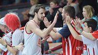 Basketbalista Nymburku Vojtěch Hruban (vlevo) se zdraví s diváky po vítězství nad Štrasburkem.