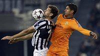 Fernando Llorente (vlevo) z Juventusu bojuje o míč s Raphaelem Varanem z Realu Madrid.