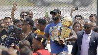 Hvězda Cavaliers' LeBron James těsně po příjezdu do Clevelandu.