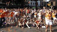 Nizozemští fanoušci v Haagu oslavy přehnali.