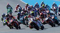Závodníci královské třídy MotoGP najíždějí do zatáčky ve Velké ceně Španělska.