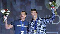 Ryan Lochte a Michael Phelps při závěrečném ceremoniálu americké kvalifikace.