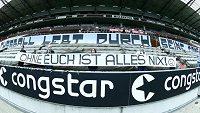 Němečtí fanoušci protestují proti zavřeným stadionům.