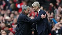 José Mourinho a Arséne Wenger si podávají ruku po zápase