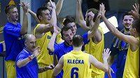 Basketbalisté Opavy se radují z vítězství.