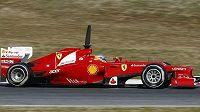 Fernando Alonso s vozem Ferrari při testech v Barceloně.