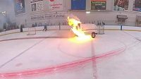 Hořící rolba na stadionu v americkém Rochesteru.