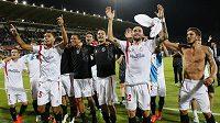Radost hráčů Sevilly po odvetě semifinále EL na hřišti Fiorentiny.
