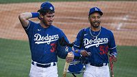 Mookie Betts (50) a Cody Bellinger (35) z Los Angeles Dodgers.