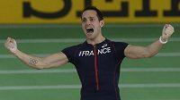 Francouz Renaud Lavillenie se raduje ze zlaté medaile ve skoku o tyči na halovém mistrovství světa v Portlandu.
