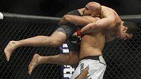 Luis Henrique z Brazílie v problémech. Arjan Singh Bhullar z Kanady, který má indické předky, háže soka k zemi při své premiéře v UFC v Edmontonu.
