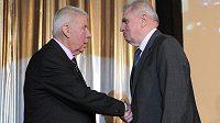 Bývalý předseda Československého fotbalového svazu Rudolf Kocek (vpravo) s legendou Josefem Masopustem.