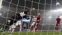 Brankář AS Řím Morgan De Sanctis byl v úterním zápase proti Bayernu Mnichov často bezmocný.