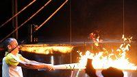 Vanderlei Cordeiro de Lima zapaluje olympijský oheň při zahajovacím ceremoniálu her.