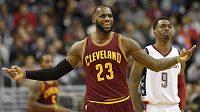LeBron James (23)) z Clevelandu při utkání s Washingtonem.