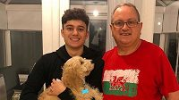 Fotbalista Daniel James se svým otcem.