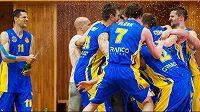 Radost opavských basketbalistů ze zisku bronzových medailí v lize.