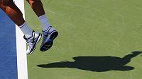 Tomáš Berdych servíruje v utkání 1. kola US Open proti Belgičanovi Goffinovi.