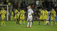 Zklamaný Rafael Van der Vaart z Realu Madrid (vpředu). V pozadí se radují fotbalisté Alcorcónu z branky.