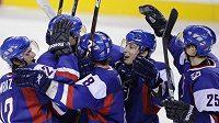 Hokejisté Slovenska do 20 let se radují z vítězství nad Lotyšskem na světovém šampionátu.