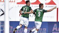 Jablonecká radost. Fotbalisté Stanislav Tecl a Mirzad Mehanovič se radují z gólu ve zlínské síti v utkání 5. kola HET ligy.
