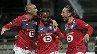 Fotbalisté Lille (zleva) Burak Yilmaz, Renato Sanches a Yusuf Yazici oslavují gól v ligovém utkání proti Angers.