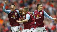 Fotbalisté Aston Villy slaví gól Fabiana Delpha v semifinále FA Cupu s Liverpoolem.