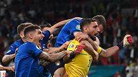 Italští fotbalisté slaví zisk titulu mistrů Evropy.