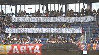 Fanoušci Sparty poslali majiteli klubu během utkání se Slováckem jasný vzkaz. Radost z něj na Letné určitě neměli.